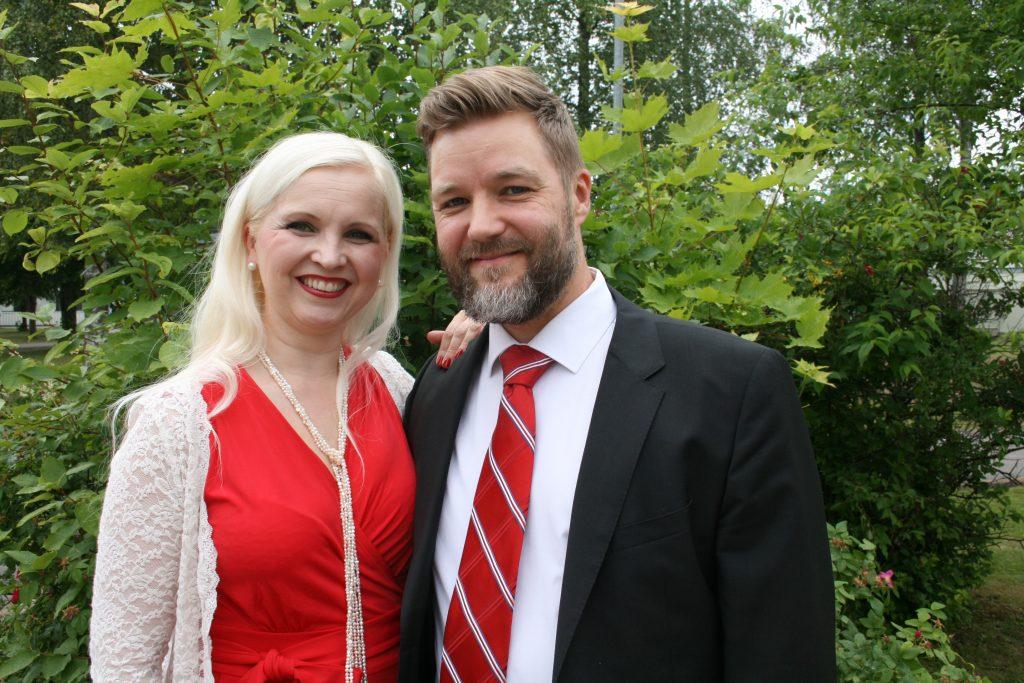Maria ja Sami Kuivinen vehreässä kesämaisemassa Paremman avioliiton perheleirillä Pieksämäellä.