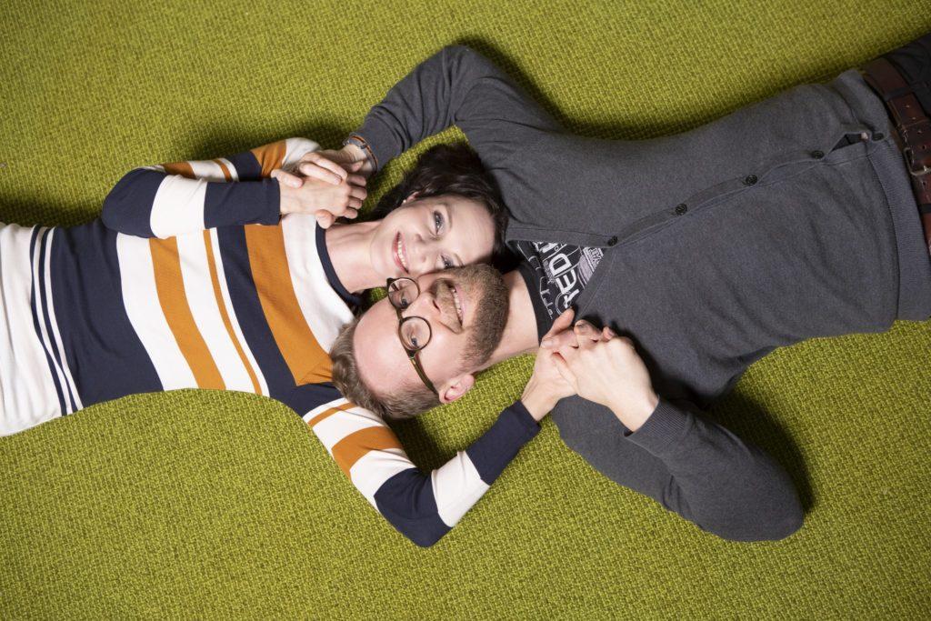 Pari makaa matolla käsi kädessä,