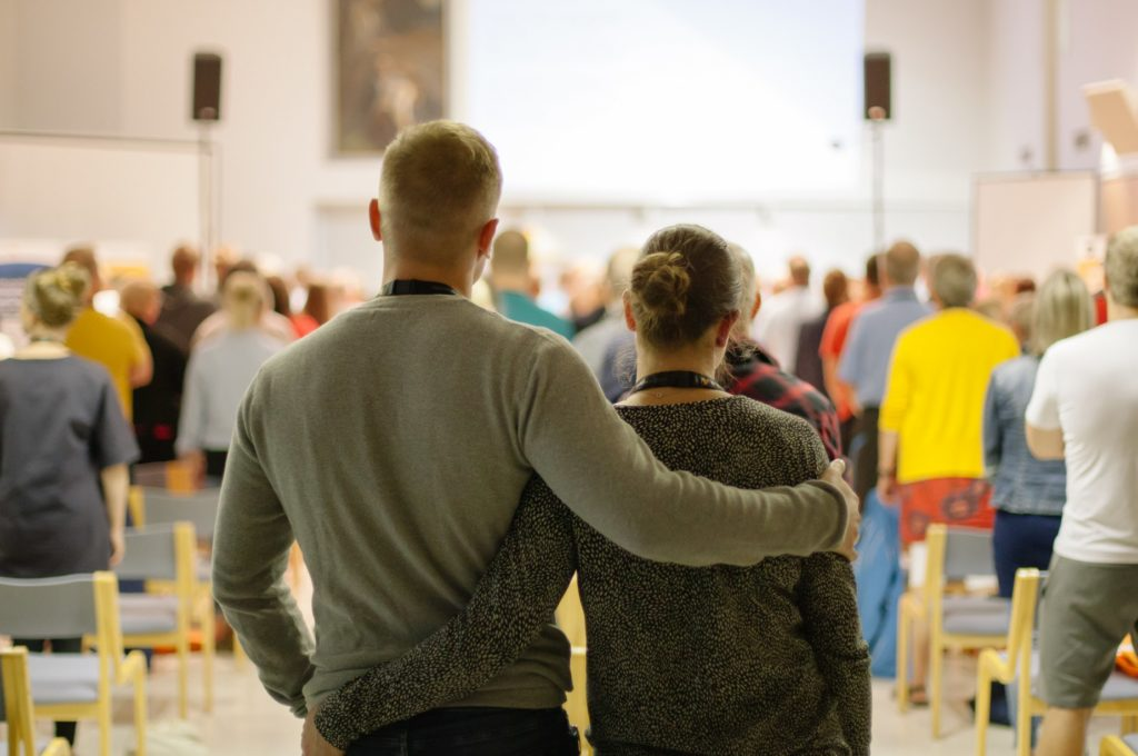 nuori pariskunta takarivissä selkä kameraan päin